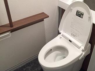 トイレリフォーム シックなトーンでまとめたタンクレス風トイレ