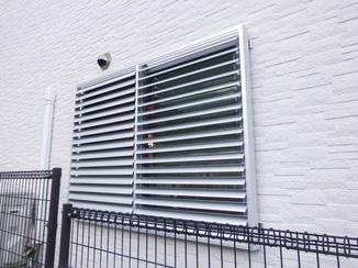 小工事 必要な時には光も取り込める目隠し窓