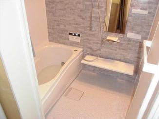 バスルームリフォーム 広々空間の暖かなバスルーム