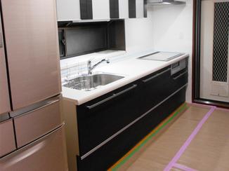キッチンリフォーム 見せる収納を施した、モダンな雰囲気のフラット対面キッチン