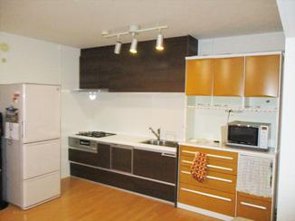 キッチンリフォーム カップボードとキッチンを平行に設置し、開放感あふれるキッチン空間