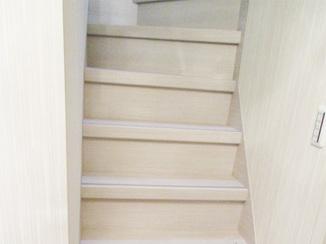 内装リフォーム 明るく清潔感のある階段スペース