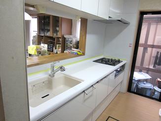 キッチンリフォーム シンクとワークトップの色の組み合せにこだわったキッチン